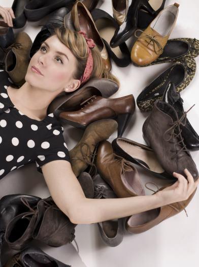 Eine Frau träumt von vielen Schuhen