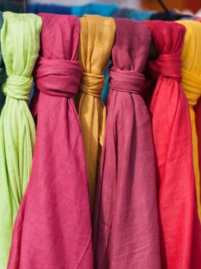 Schals in Regenbogenfarben