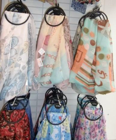 Tuecher und Schals in verschiedenen Farben